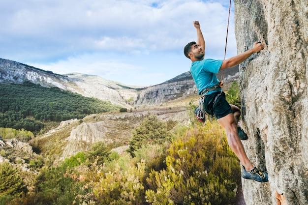 자연에서 암벽 등반하는 사람