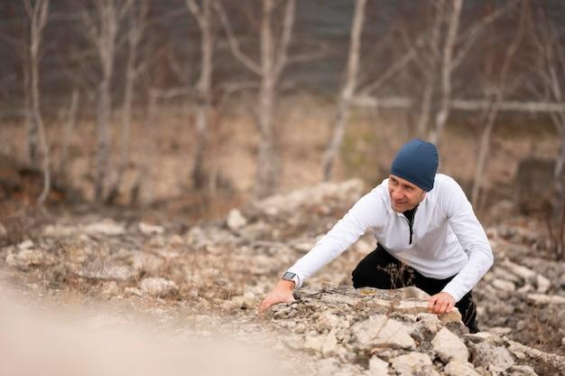 L'uomo arrampicata su rocce in natura