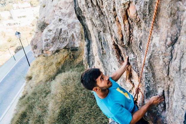 ロープで登る男