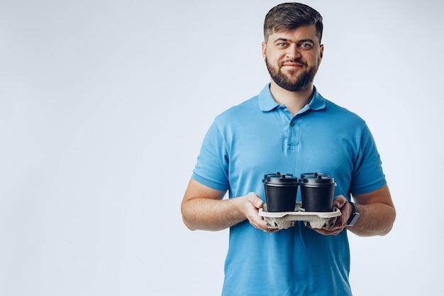 Человек кафе работник давая чашки на вынос кофе на серый