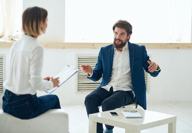 男性は女性の就職の面接オフィスの感情と通信します