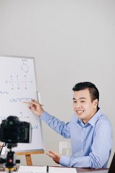 化学教室を行っている男