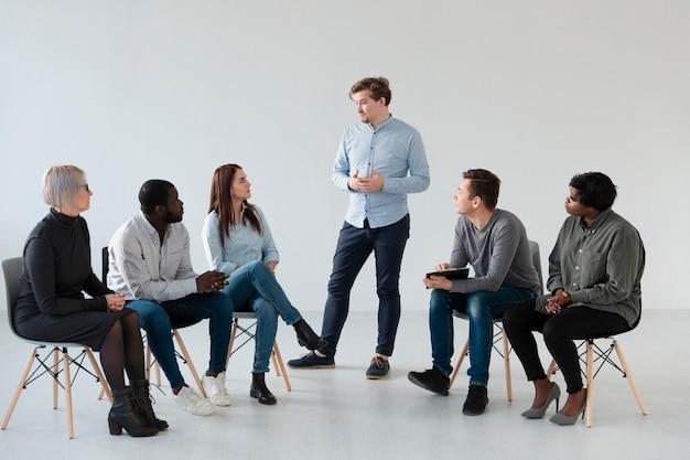 Человек исповедуется перед другими пациентами
