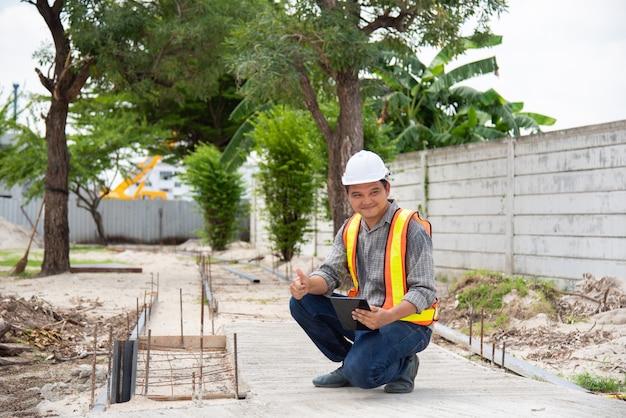 Человек инженер-строитель на строительной площадке