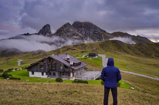 Человек, созерцающий горы