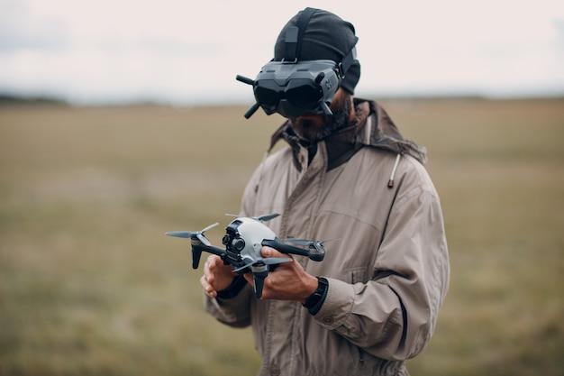 ゴーグルアンテナリモコンでfpvクワッドコプタードローンを制御する男