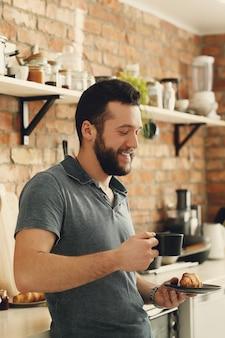 Человек готовит на кухне. утренний завтрак