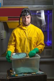 Человек готовит метамфетамин