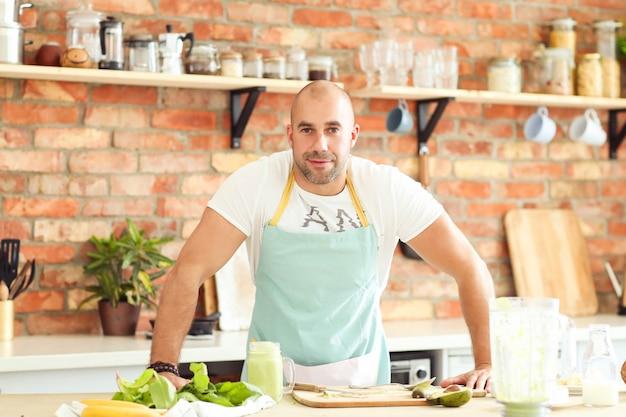 Человек готовит