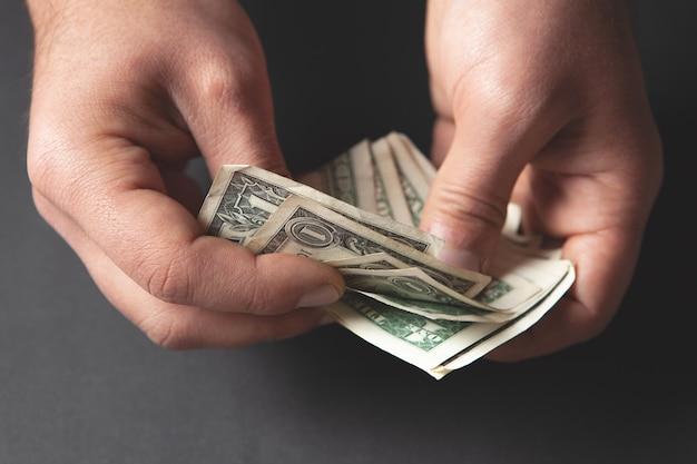 검은 장면에 돈을 세는 남자