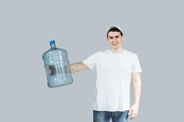 Курьер мужчина держит бутылку с водой в руке