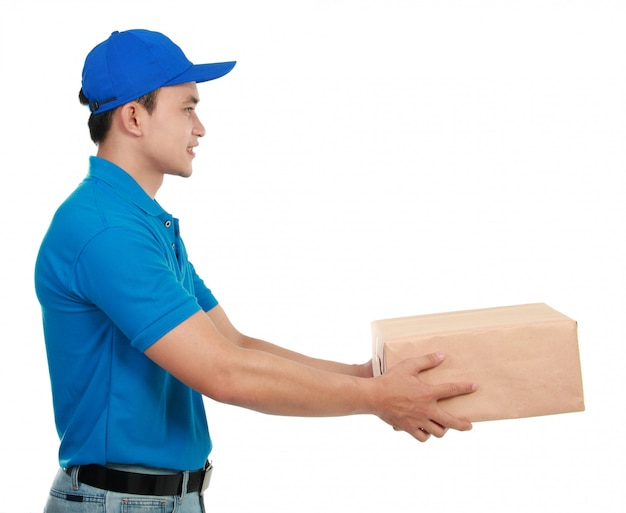 青い制服を着た男の宅配便