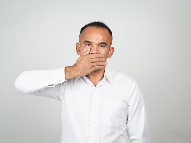 男は沈黙のために手で口を覆います