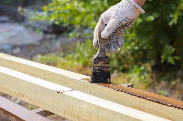 Человек покрыт лаком деревянный забор