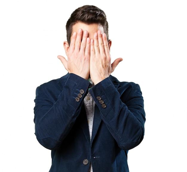 Uomo che copre il suo volto