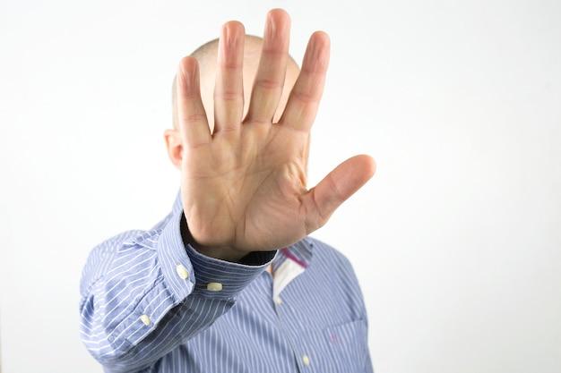 남자는 그의 손으로 그의 얼굴을 커버