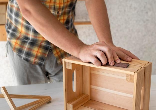 나무 상자 클로즈업을 만드는 남자