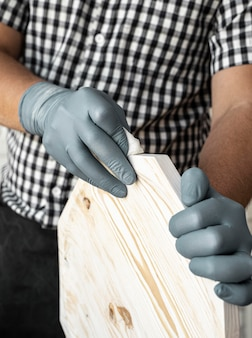 Uomo che lavora in primo piano di legno
