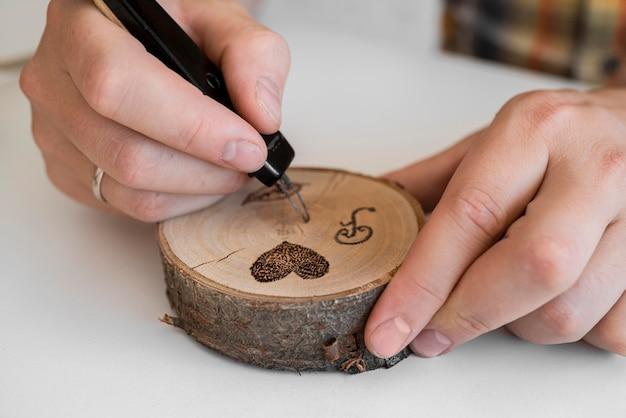Uomo che lavora in legno in officina