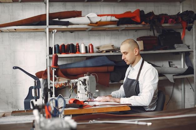 Человек создает кожаные изделия