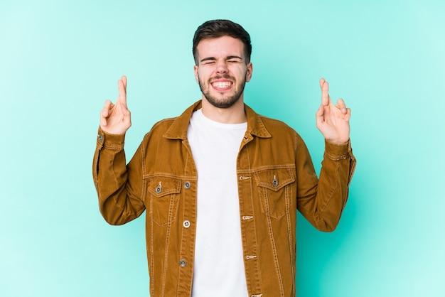 Человек скрещивает пальцы за удачу