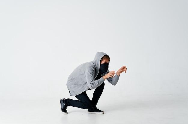 Человек плачет лицо анонимность осторожность хакерское преступление