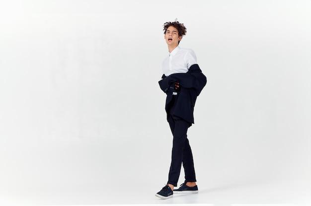 男巻き毛スーツモダンなスタイルのファッションポーズ