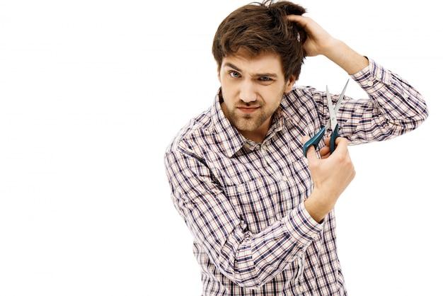 Мужчина подстригся, держал ножницы