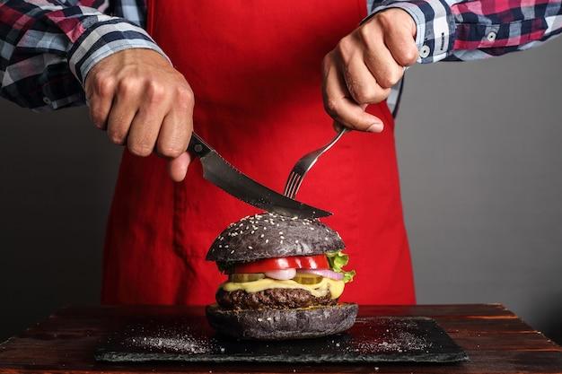 男カットタン新鮮な自作ハンバーガーのクローズアップ