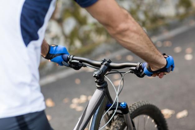 道路上のサイクリングの男性
