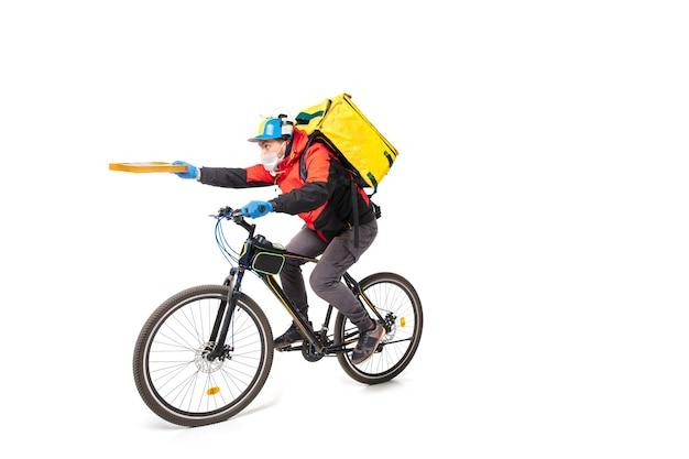 Мужчина доставляет еду во время изоляции, в перчатках и маске для лица