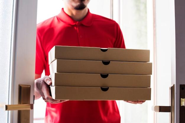 ピザを顧客に配達する男性
