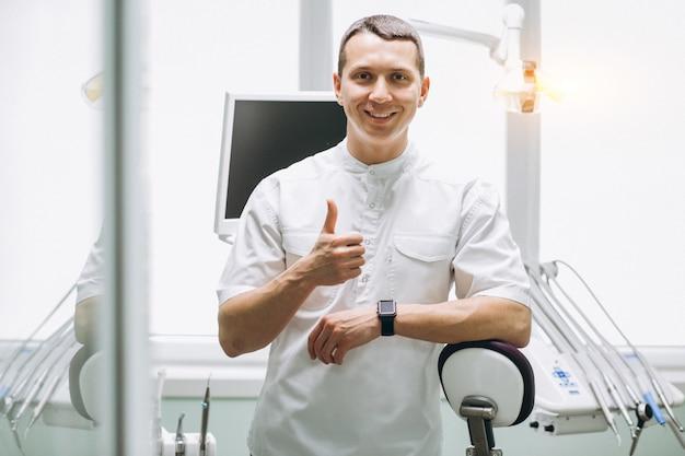 Человек-стоматолог в офисе