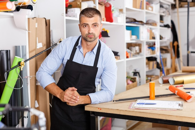 印刷製造でペーパープリントを行う男性デザイナー兼印刷オペレーター