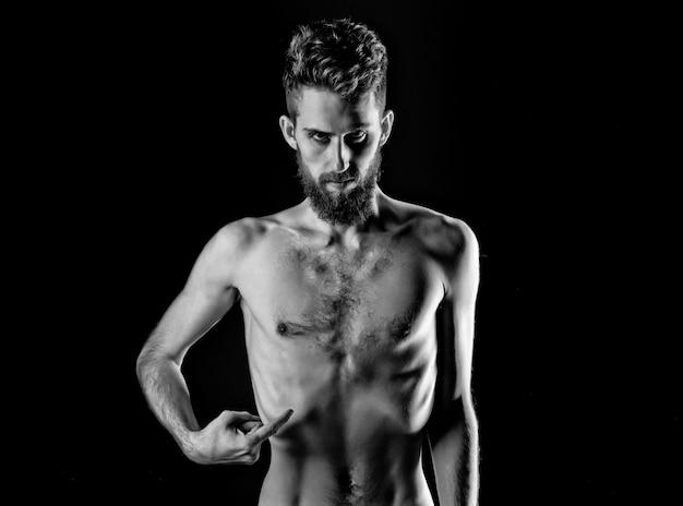 Мужчина сидит на диете с серьезным лицом и голым стройным или худым телом.
