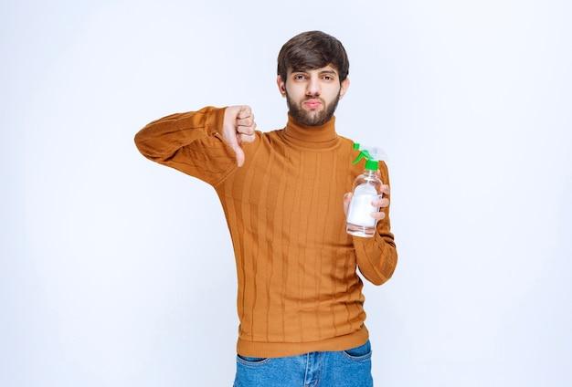 Мужчина не любит химическое дезинфицирующее средство для рук.