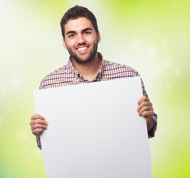 紙の空のシートを表示する男