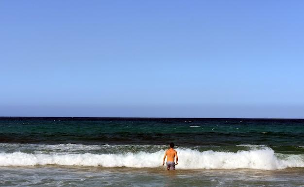 남자는 바다 파도에 다이빙