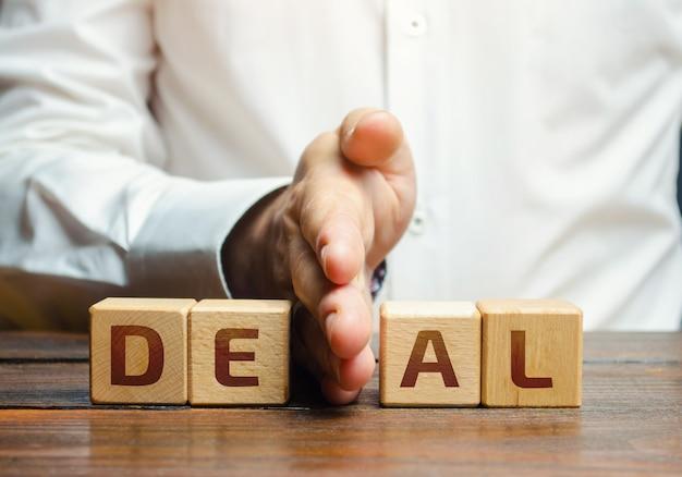 Человек делит блоки со словом сделка нарушение договорных соглашений прекращение сотрудничества