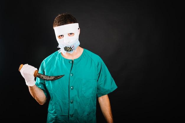 Uomo nel costume di dottore del medico
