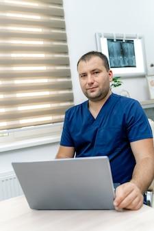 카메라를 찾고 남자 의사입니다. 클라이언트에게 온라인 상담을 제공하는 치료사. 전염병 제한.