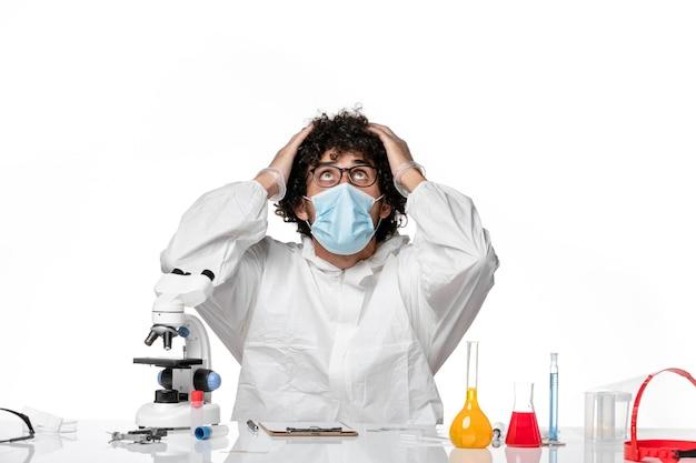 Uomo medico in tuta protettiva e maschera che tiene la testa su bianco