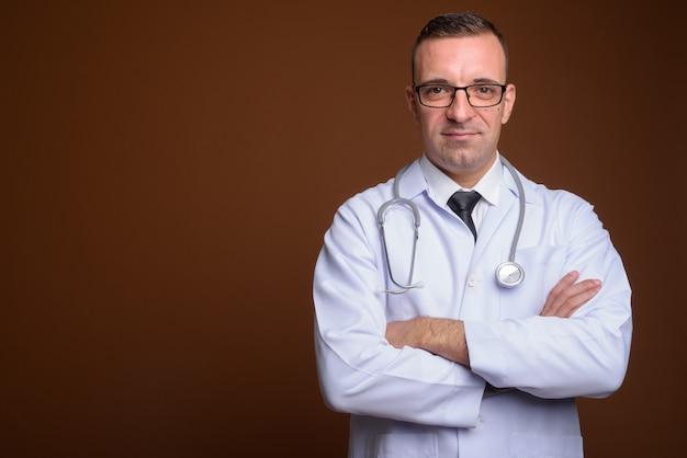 Человек доктор в очках на коричневый
