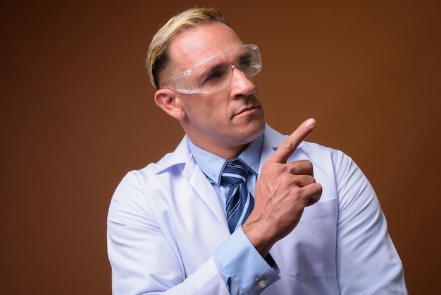 Человек-врач в защитных очках, думая