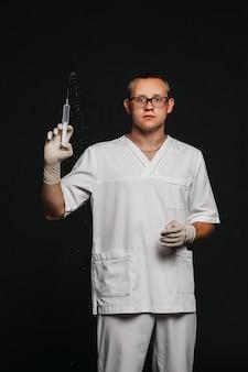 黒に分離された注射器で男医師