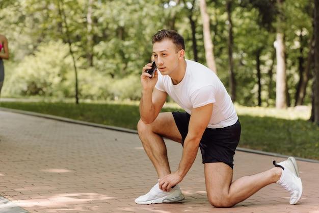 Мужчина делает упражнения на улице