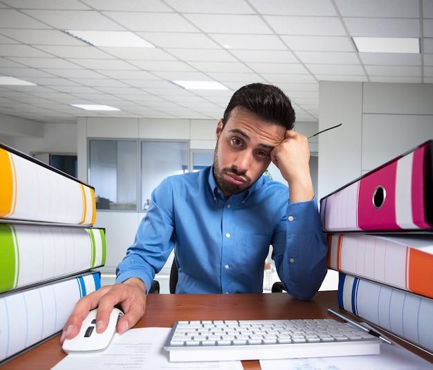그의 컴퓨터에서 지루한 일을하는 사람
