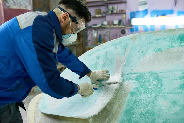 Человек делает ремонт лодок