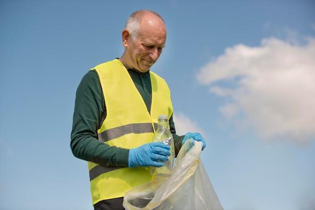 쓰레기를 수거하여 사회 봉사를하는 남자