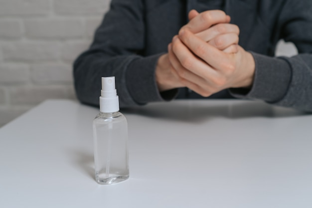 防腐剤で手の消毒をしている男